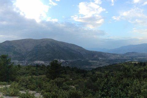 Siamo costretti a ricordare nuovamente l'art. 9 dello statuto della Regione Verde d'Europa, l'Abruzzo: «La Regione protegge e valorizza il paesaggio, le bellezze naturali, l'ambiente, la biodiversità e le risorse genetiche autoctone, l'assetto del territorio e il patrimonio rurale e montano, garantendone a tutti la fruizione; fa sì che le fonti di energia, le risorse e i beni naturali siano tutelati e rispettati; promuove l'integrazione dell'uomo nel territorio; […]» [1]. Quegli abruzzesi che lo vollero nello statuto furono sicuramente lungimiranti e magari non si sarebbero aspettato che, negli anni immediatamente successivi, il loro popolo avrebbe dovuto ricordare quelle indicazioni in innumerevoli situazioni di minacce ambientali. A partire dal disastro di Bussi, per continuare con la vittoriosa battaglia contro l'insediamento di Ombrina proprio di fronte la Costa dei Trabocchi, e proseguire con l'attuale irrisolto inquinamento di mare Adriatico e fiumi abruzzesi. È automatico quindi chiedersi se è corretto diffondere un'immagine di questa regione ad impronta green e se gli amministratori sono effettivamente consapevoli della risorsa che il mare e i monti d'Abruzzo rappresentano per la collettività. Oppure se la domanda da porsi è se, quegli stessi amministratori, abbiano invece scelto una valenza esclusivamente commerciale e quindi, più che all'ambiente, si strizza l'occhio al commercio promuovendo il dilagare di centri commerciali. Lo si dica chiaramente quale è la volontà politica e si persegua l'obiettivo in modo da non generare conflitti interpretativi su dove questa Regione vuole andare e su cosa lascerà a chi verrà dopo. Sicuramente l'occasione di esprimersi in modo chiaro sulla vicenda autostradale A 24 ed A 25 arriva a proposito, come poche altre volte è accaduto; per la verità i presupposti dovrebbero essere tali da segnarne il fallimento da subito. In realtà così non è e tenteremo di individuarne i pericoli e le ragioni che potrebbero riproporre una ric