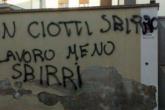 """la scritta sul muro """"Don Ciotti sbirro. Più lavoro meno sbirri"""""""