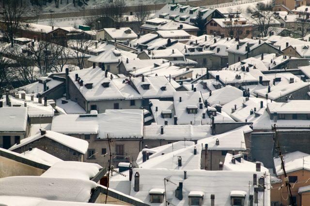 I tetti innevati di Pescasseroli.