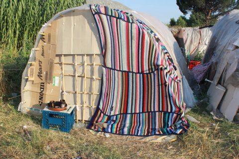 ripari di fortuna in un campo di rom bulgari