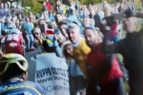 gli spettatori sulla salita del santuario di Oropa giro d'italia del centenario 20 maggio 2017