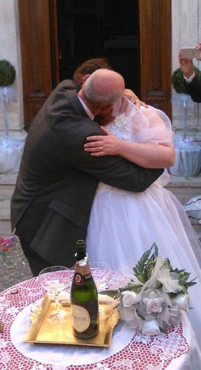 Il bacio all'uscita dalla chiesa