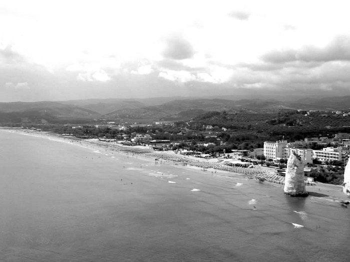panoramica di Pizzomunno a Vieste in bianco e nero