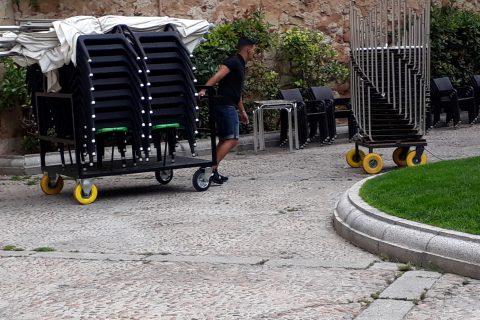 lavoratore che tira un carrello