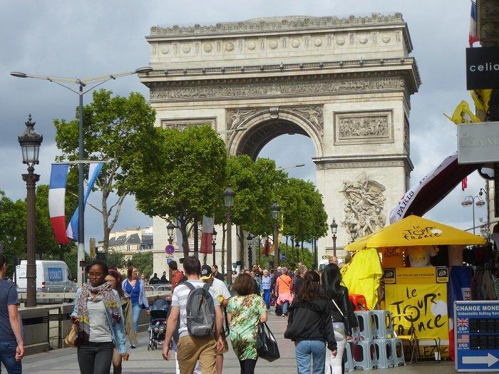 Gli stand sugli Champs-Élysées il giorno prima dell'arrivo dell'ultima tappa del Tour