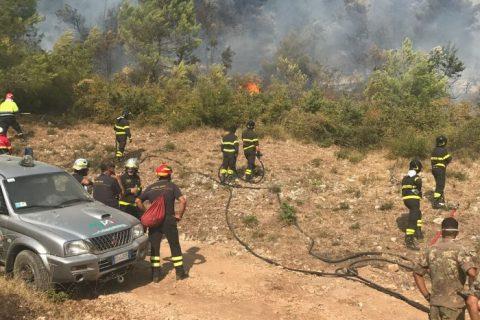 Il cordone dei Vigili del fuoco all'opera sulla frangi fuoco