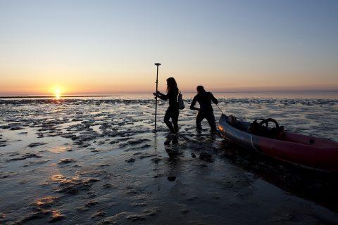 Due ricercatori olandesi dell'Università di Delft avanzano sul 'mud flat' una distesa di fango