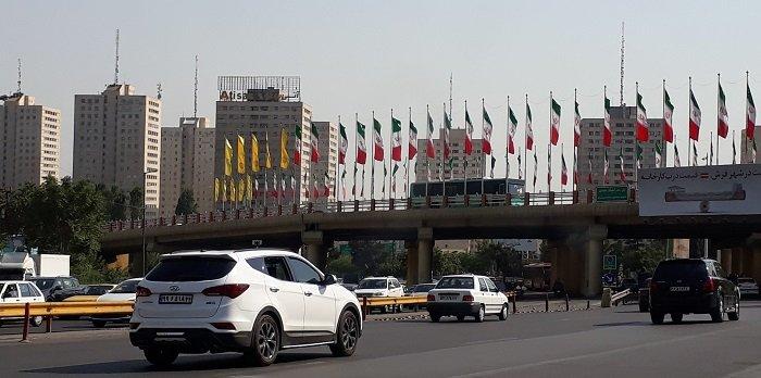 Una via con automobili in un senso e nell'altro a Teheran
