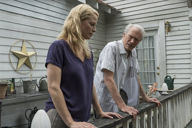 Eastwood interpreta Iris e Clint Eastwood interpreta Earl Stone.