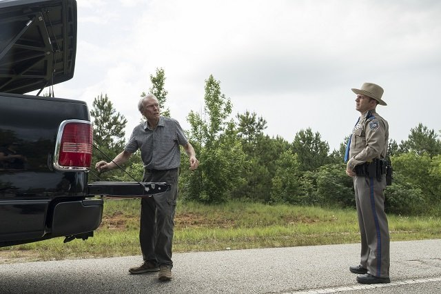 Clint Eastwood interpreta Earl Stone e Alan Heckner interpetra un agente del Texas