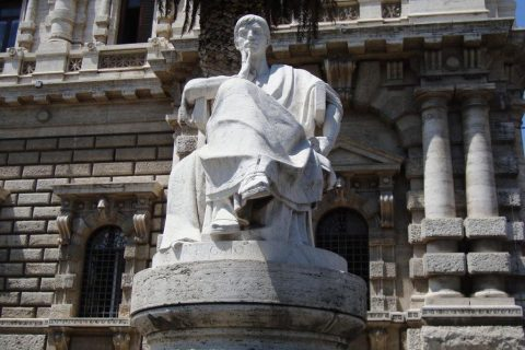 giustizia statua davanti alla Corte di Cassazione