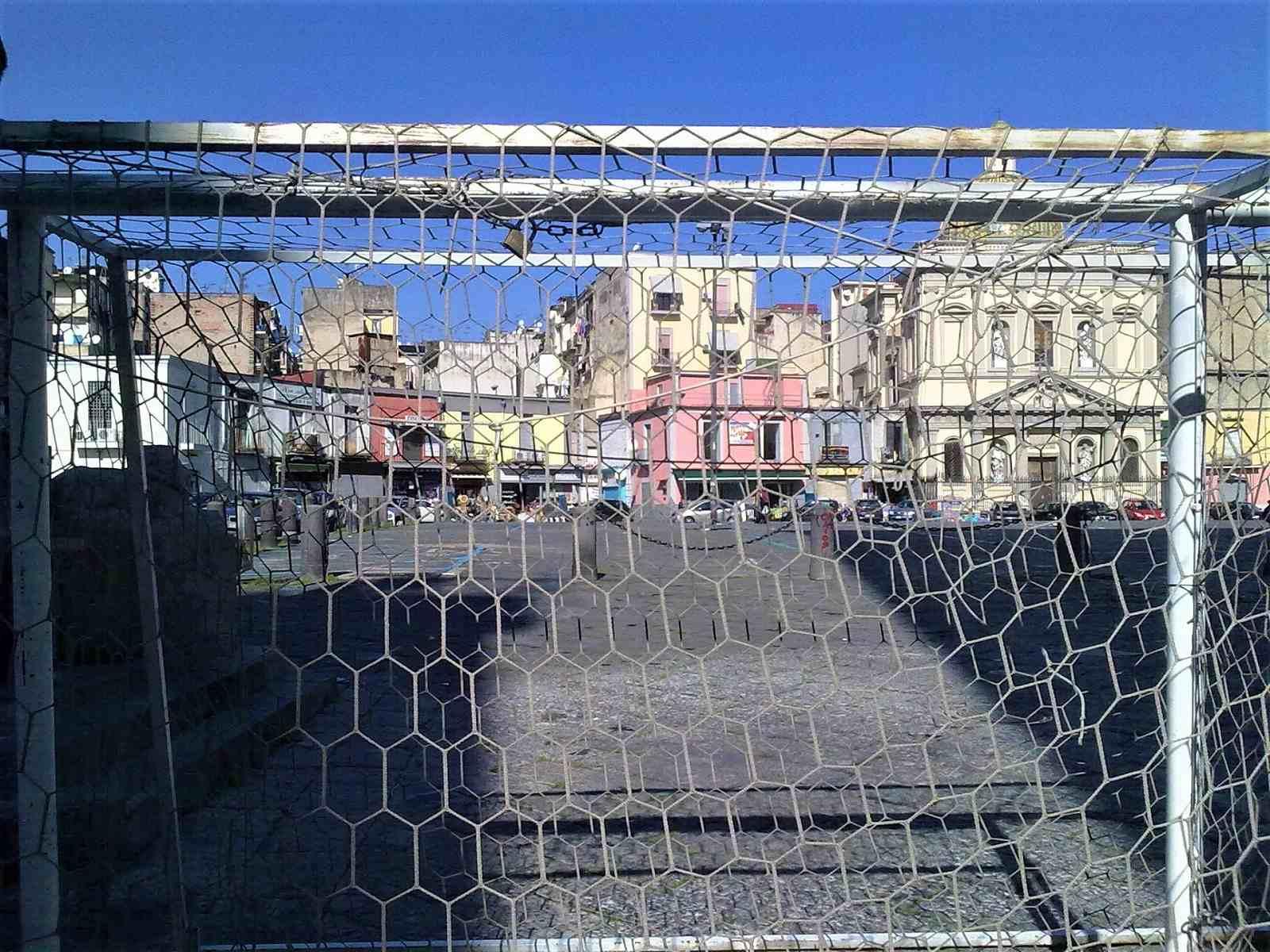 Napoli piazza mercato da una porta di un campo di calcio