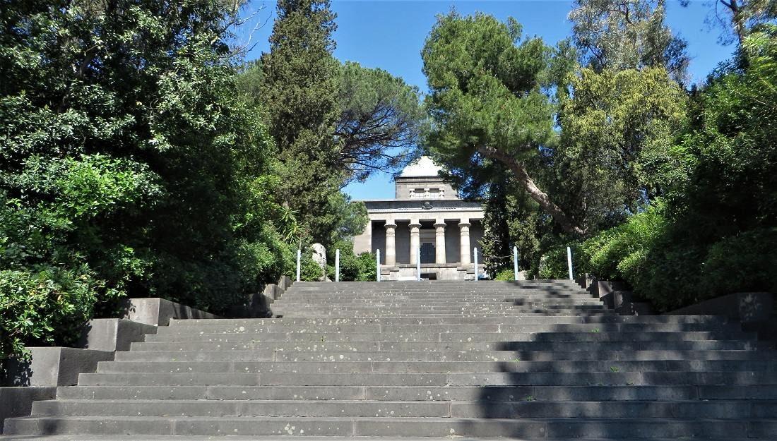 Napoli Mausoleo Schilizzi scalinata principale